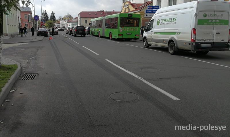 В центре Пинска легковушку выбросило на тротуар