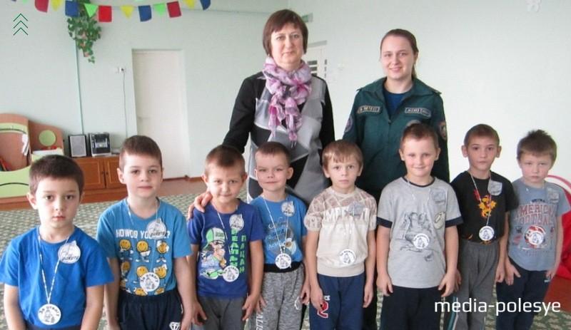 Инспектор Марина Кочура и воспитатель дошкольного образования Ирина Войчук вместе с участниками эстафеты