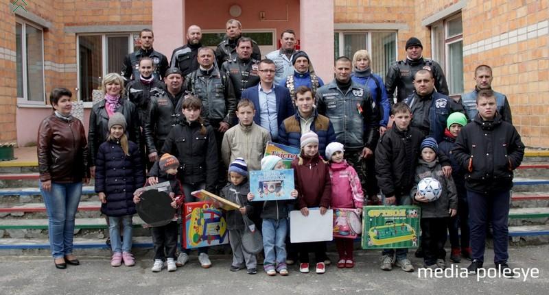 Воспитанники социально-педагогического центра в Речице и байкеры. Фото предоставил А.Борейко