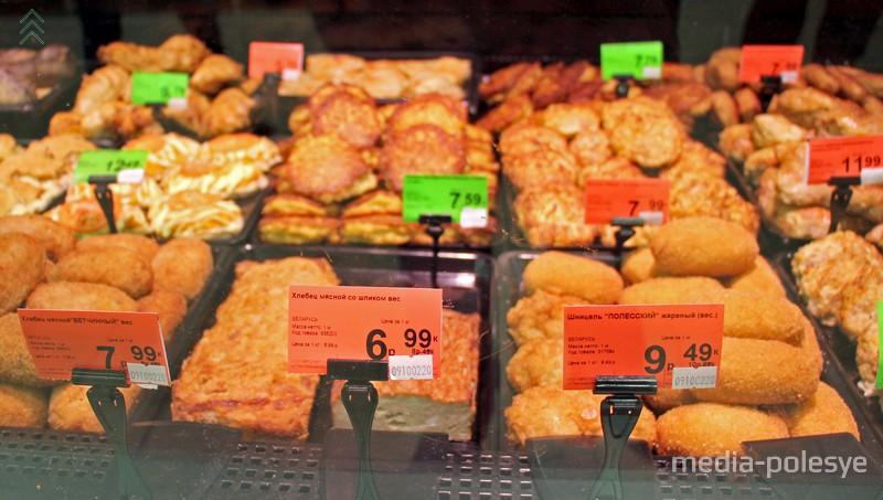Ассортимент готовой продукции в кулинарном отделе ожидает своих покупателей