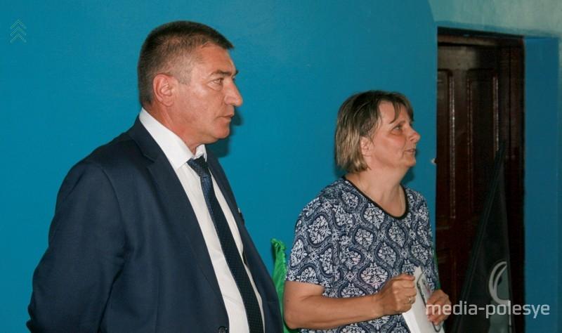 Директор школы Валерий Малевич и родитель-воспитатель Наталья Морза