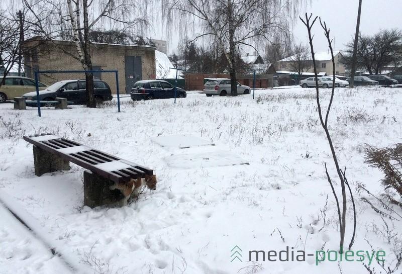 Вывозить снятую и уже засыпанную снегом плиту, похоже, никто и не планирует