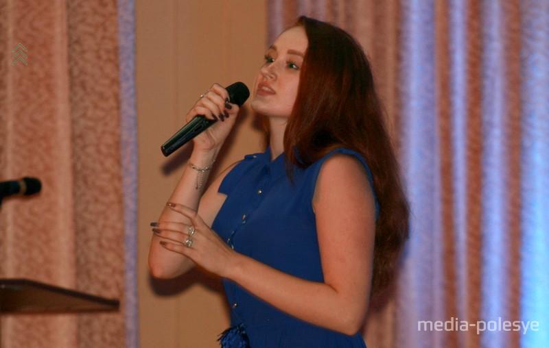 Музыкальный номер в исполнении Анны Макоед