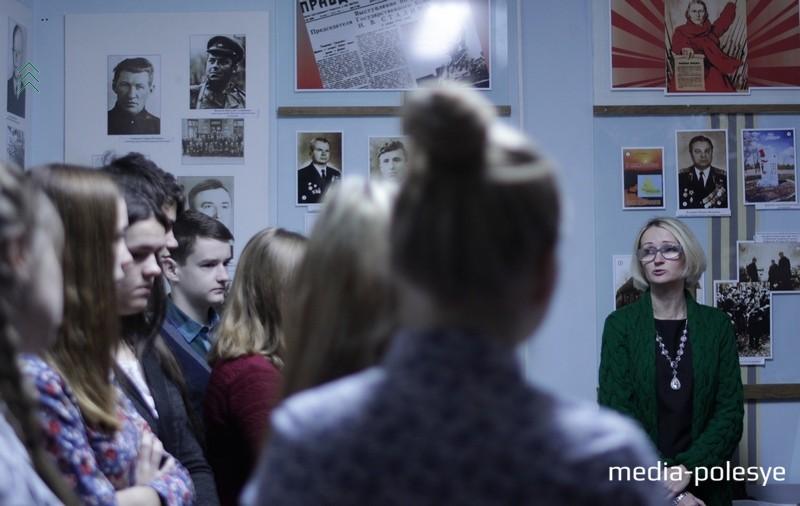 Наталья Благодёрова приветствует первых посетителей новой экспозиции