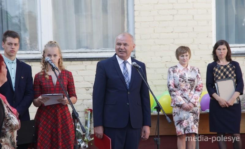 Григорий Протосовицкий поздравляет выпускников
