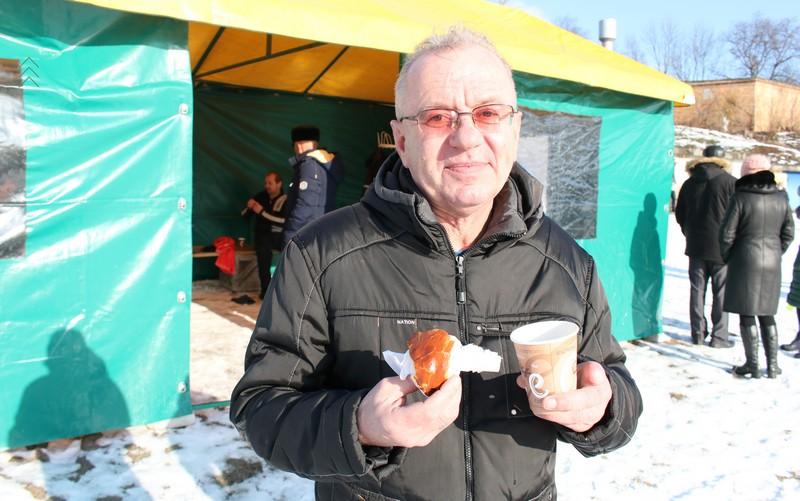 Самым первым в этот день еще до освящения воды в прорубь шагнул Олег Шоломицкий