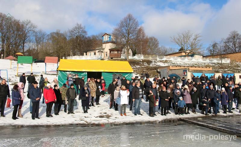 Десятки жителей Столина прибыли в район спасательной станции, чтобы окунуться в ледяную воду либо посмотреть, как это делают другие
