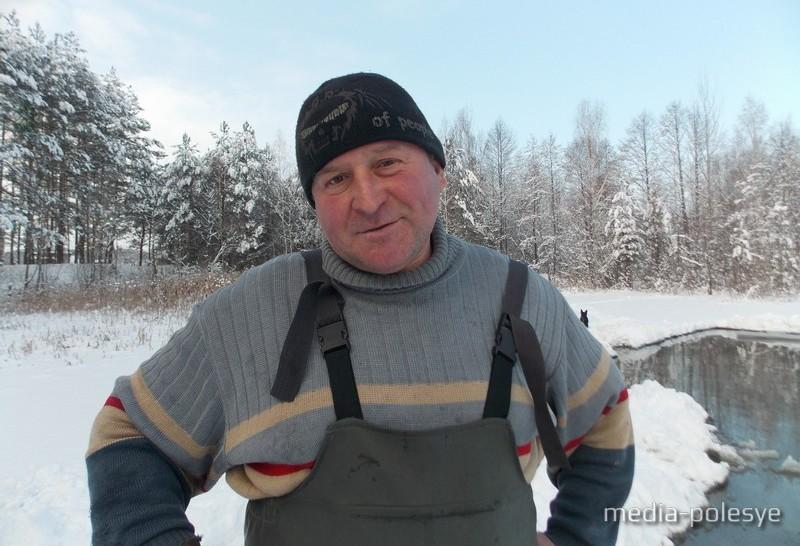 Иван Козярский прорубает с соседями новую прорубь