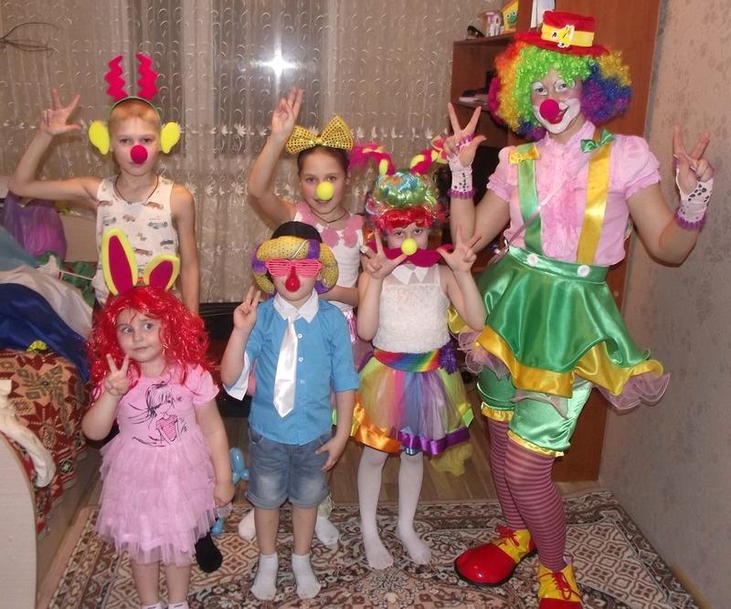 Дети активно идут на контакт с Карамелькой. Фото из соцсетей