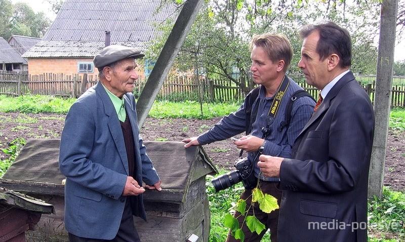 Кшиштоф Хейке и Николай Качановский в гостях у Василия Корольчука в деревне Могильное Столинского района