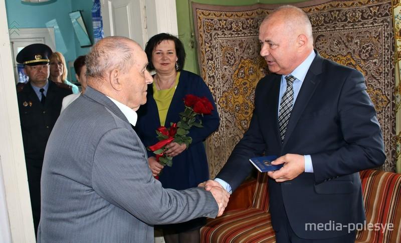 Новый паспорт юбиляру вручает председатель Столинского райисполкома Григорий Протосовицкий