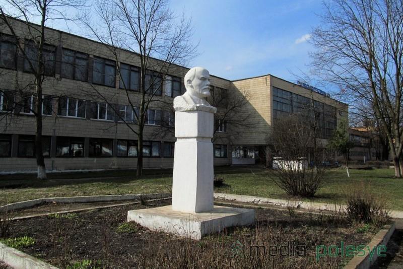 Памятник возле завода установили в 1981 году, в период производственного расцвета предприятия