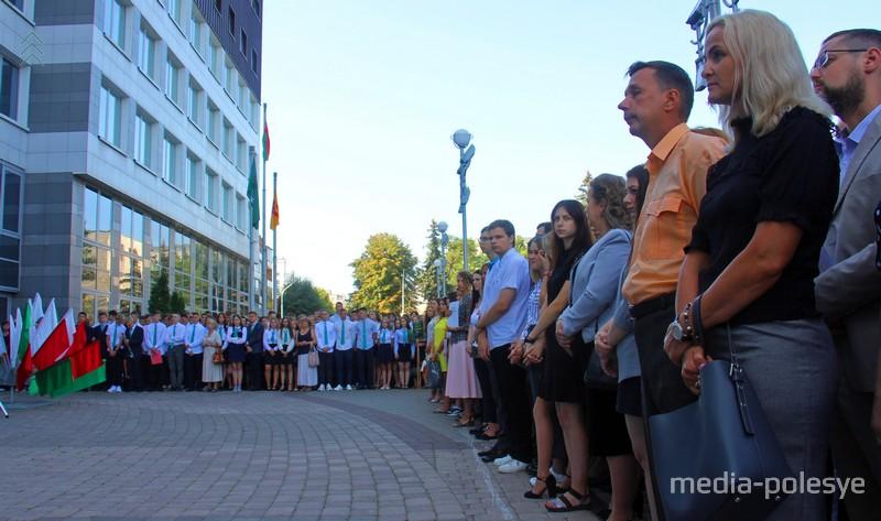 По традиции линейка в ПолесГУ проходит возле учебного корпуса №3 на улице Пушкина