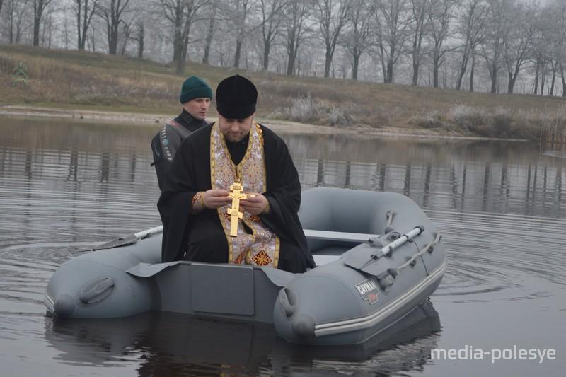Водоём освящает клирик Свято-Крестовоздвиженского храма иерей Георгий