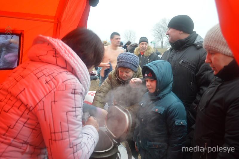 Красный Крест согревает горячим чаем