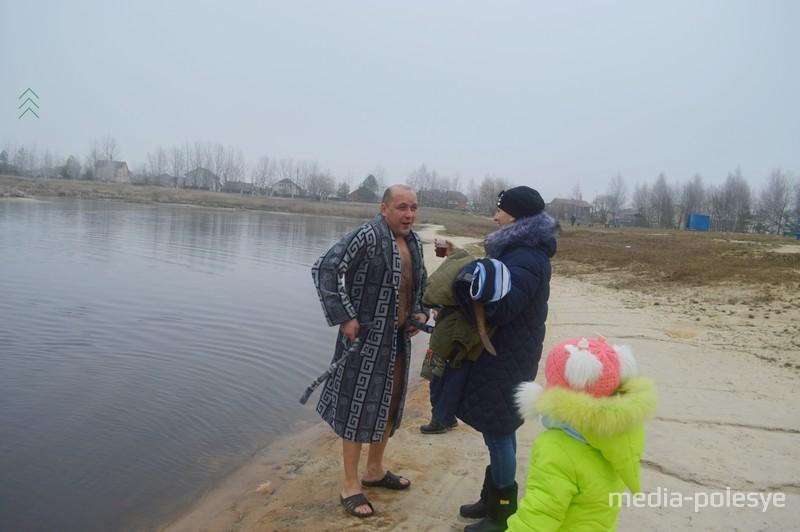 Родные ждут на берегу с тёплым халатом и чаем