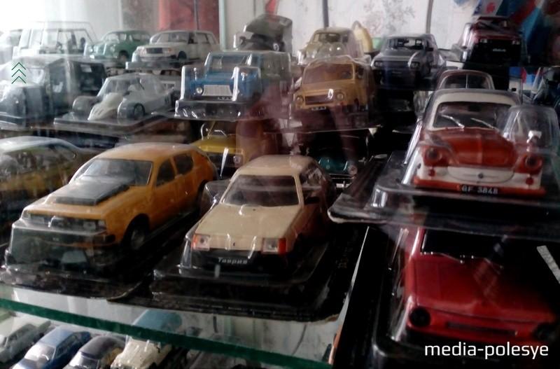 Часть коллекции моделей автомобилей