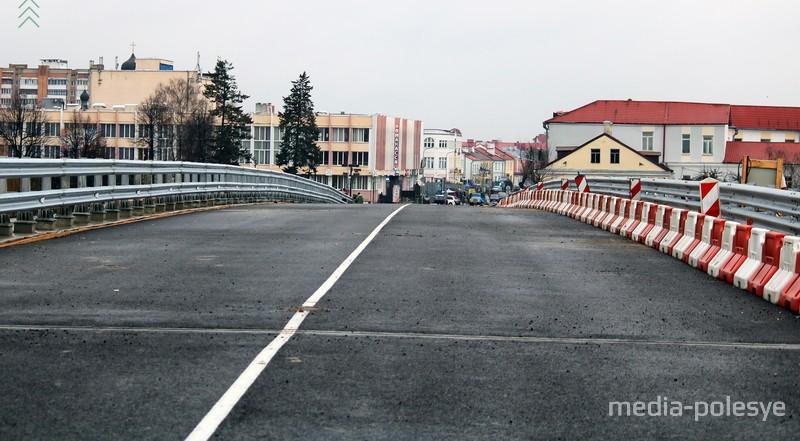 В Пинске временно открыли движение по обновленному мосту через Пину