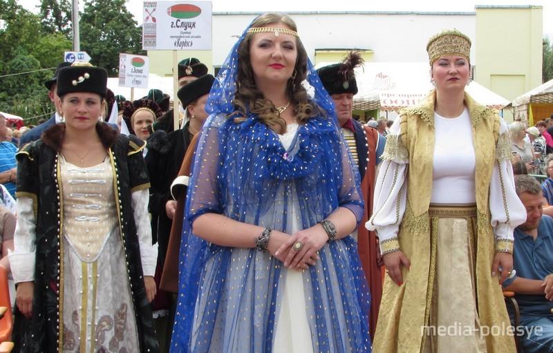 Каждый фестиваль открывает почитаемая жителями местечка королева Бона Сфорца в сопровождении свиты