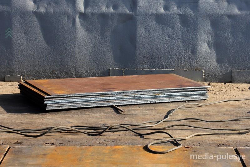 Листы металла, которые приваривают к поверхности переправы