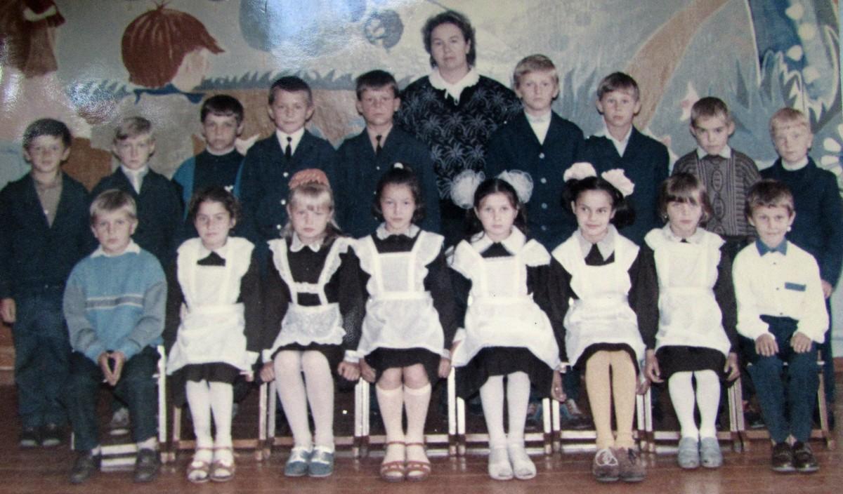 Нина Владимировна с учениками 3-го класса. 1993 год