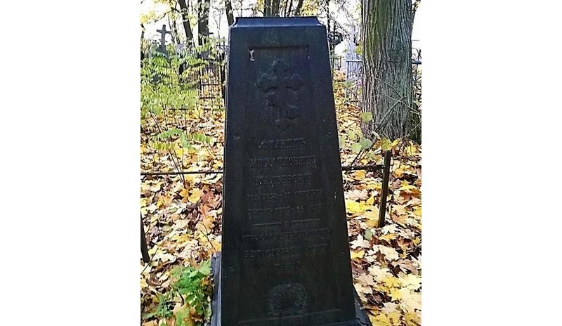 Этот памятник сдали на металлолом. Ранее обелиск считался самым ранним идентифицированным захоронением на кладбище по улице Советской. Фото с pptcloud.ru