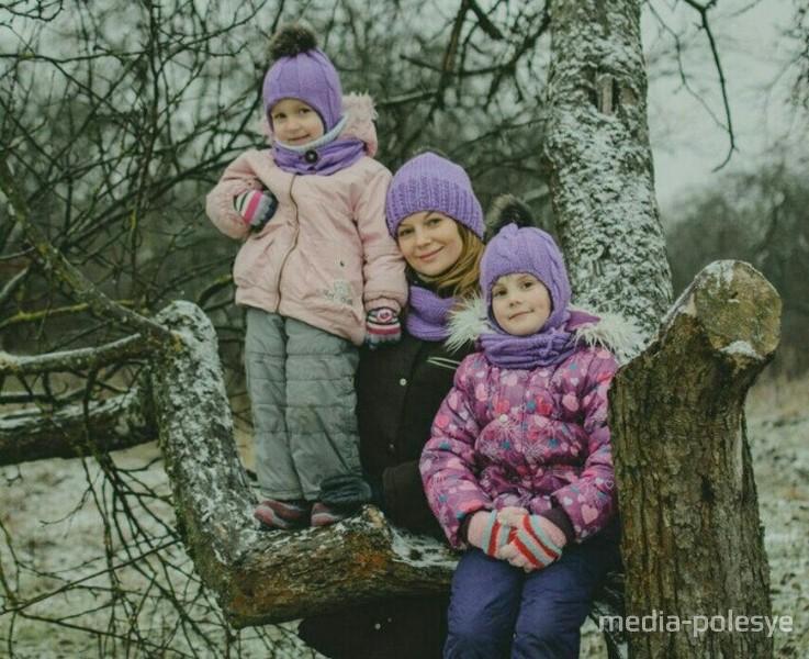 Олеся Атрохова с дочками. Фото из архива Олеси Атроховой