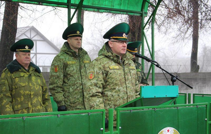 Начальник Пинского погранотряда Андрей Волков наставляет новобранцев