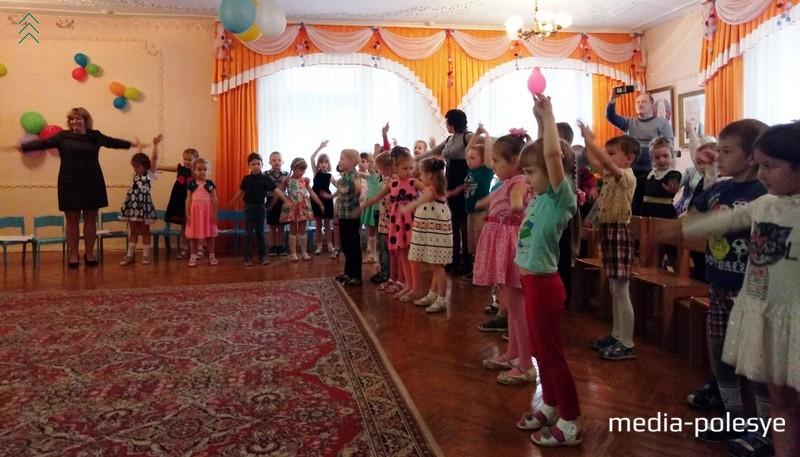 Дошколята во время танцевальной разминки