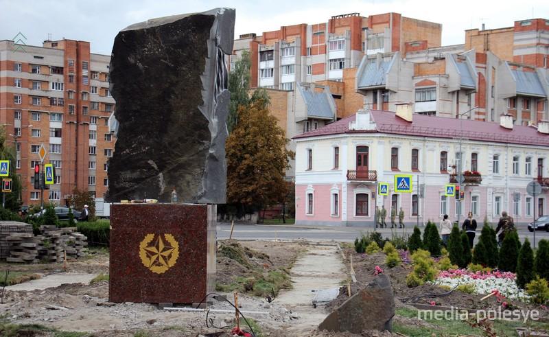 Памятник установлен на площадке на пересечении улиц Завальная - Брестская