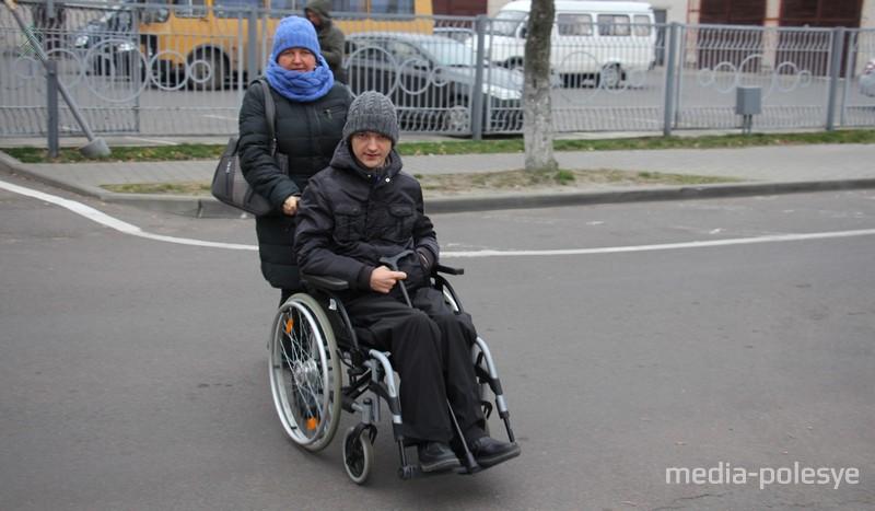 По дороге к стадиону в Бресте Артём с мамой Светланой