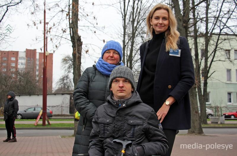 Ольга Хиженкова(справа) помогла команде сопровождающих Артёма попасть на стадион