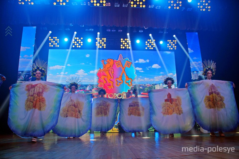 Платья с картинами из батика