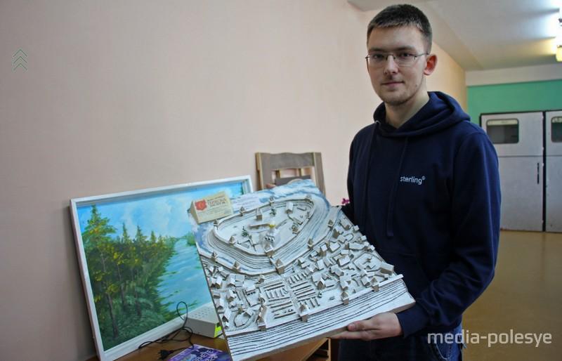Евгений Карпенко со своей работой
