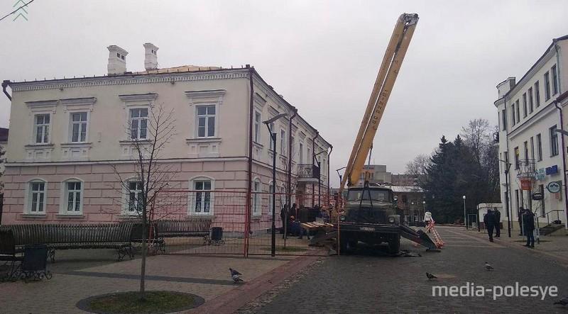 В Пинске с крыши двухэтажного здания упал рабочий и погиб