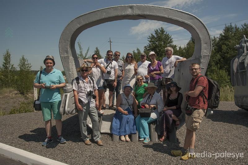 На память останется фотография, где группа разместилась в ковше экскаватора объёмом 11 кубических метров