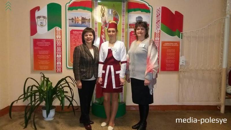 Победительница конкурса (в центре) с преподавателями