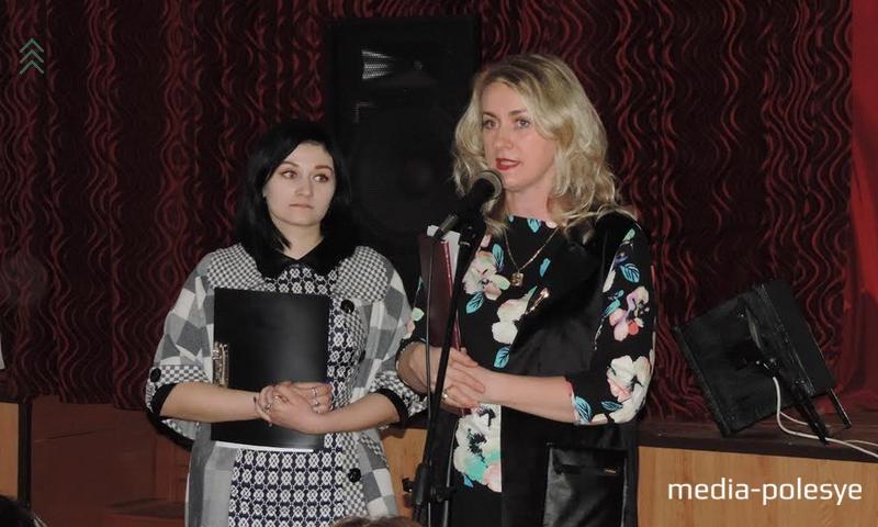 Мария Орехва (справа)в прошлом году с отличием окончила политехнический колледж по специальности «товаровед», теперь девушка работает зав.магазином «Дары Полесья». С напутственной речью Мария обратилась к учащимся колледжа