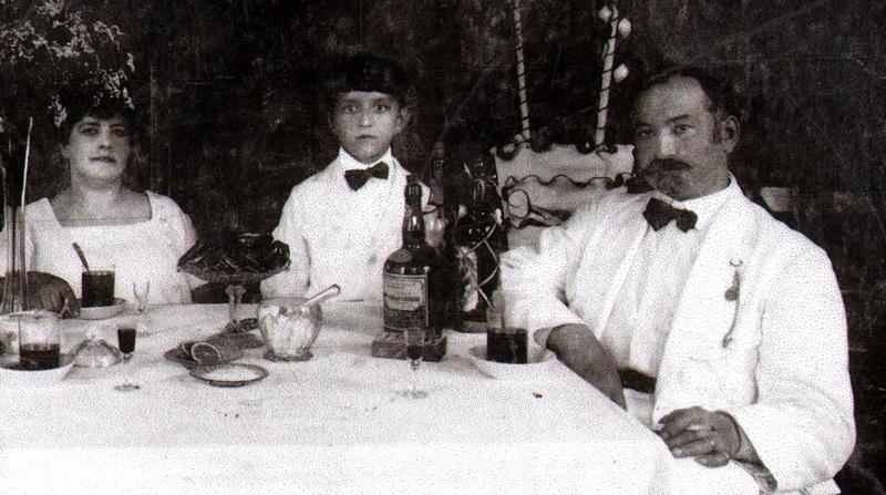 Грегорович с семьёй в собственном кафе-ресторане, середина 1930-х годов