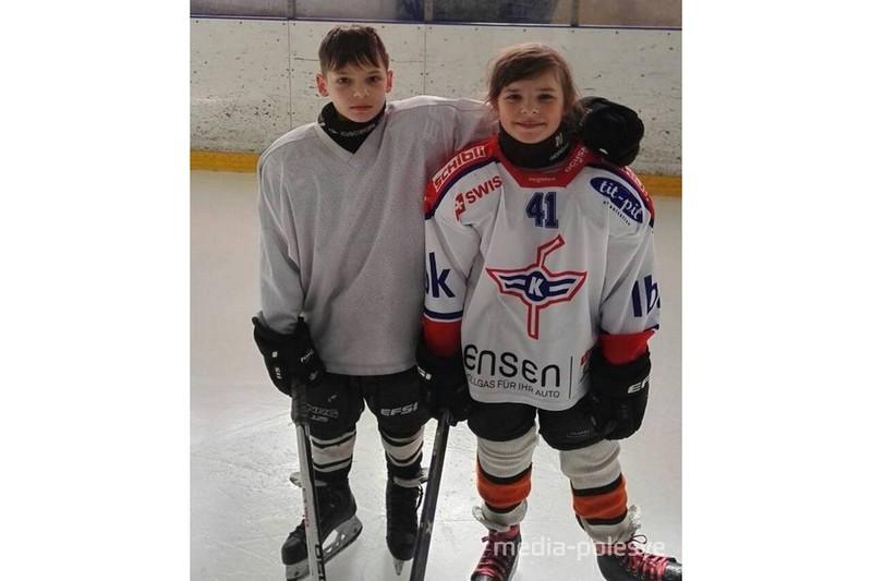 Анастасия и Роман Ковалец - брат и сестра. Анастасия играет наравне с мальчишками