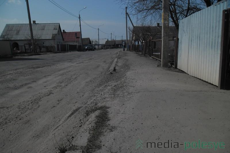 Щебёнка перекочевала на тротуар