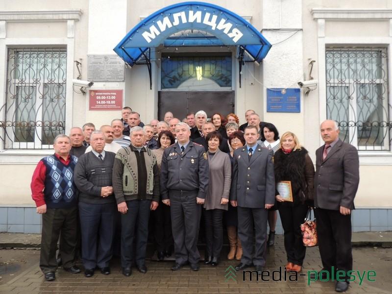 Участники торжественного мероприятия в Столинском РОВД