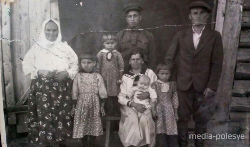 1952 год. Анастасия (в центре) с мужем Павлом, свекровью, и четырьмя детьми