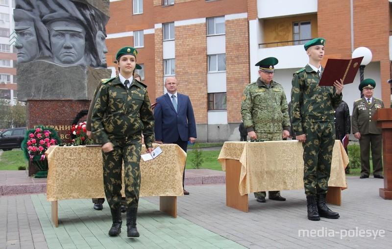Церемония, как при принятии воинской присяги, только без оружия