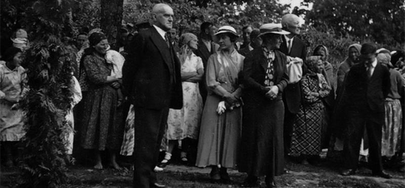 Роман Скирмунт с селянами в Поречье, начало 1930-х годов