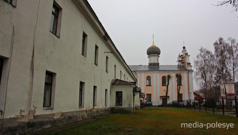 Комплекс зданий Пинского МРО ГКСЭ находится на улице Советской, на территории бывшего Бернардинского монастыря