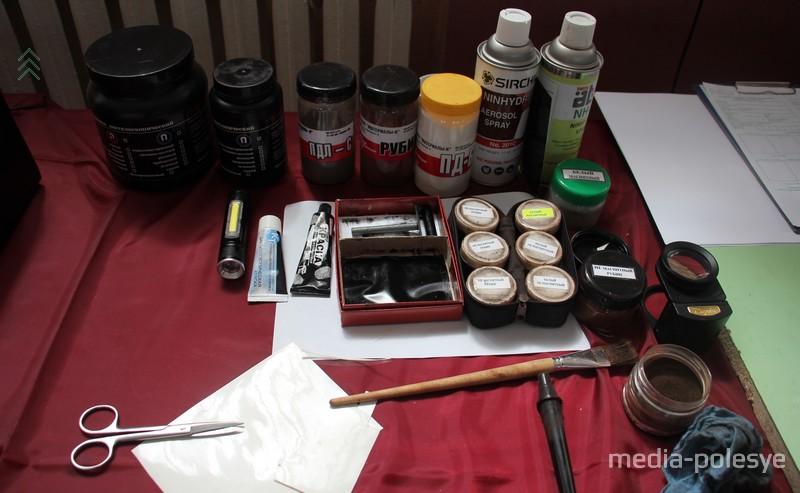 Различные вещества, помогающие найти и снять отпечатки пальцев
