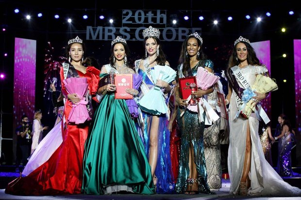 Светлана Кузнецова (в центре) на конкурсе «Миссис Земной шар»