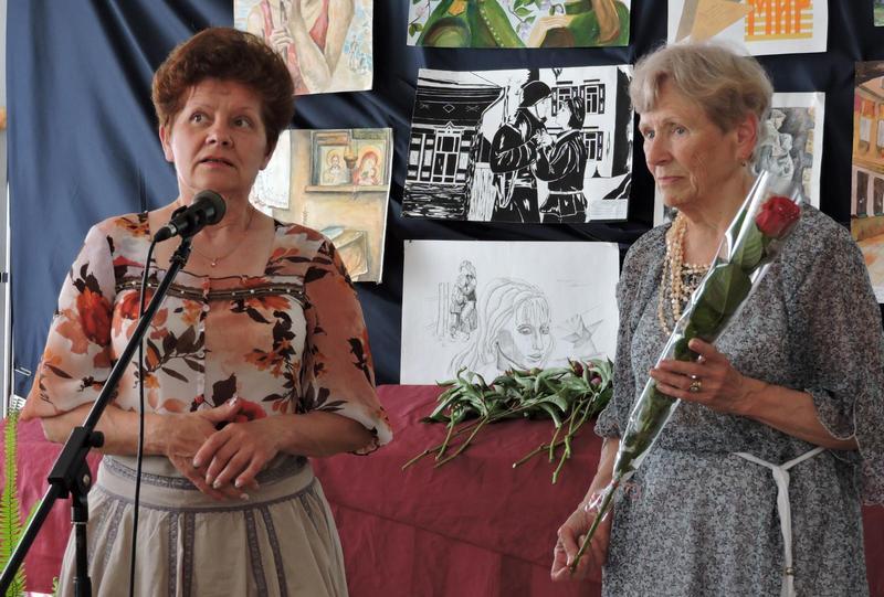 Светлана Профит благодарит за работу в Красном кресте