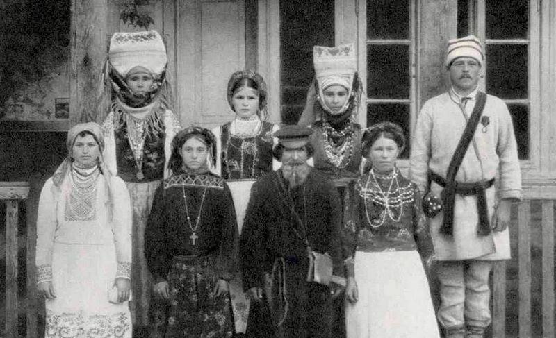 В уникальном головном уборе под названием «головач» сошлись, кажется, восточный тюрбан и полесская намітка. Его носили замужние давид-городчанки. Нагрудные украшения в традиционном костюме тоже роскошны!